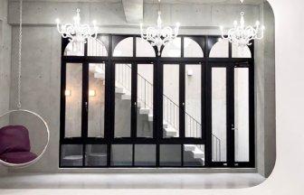 horizont_ゴシック調の窓とシャンデリア
