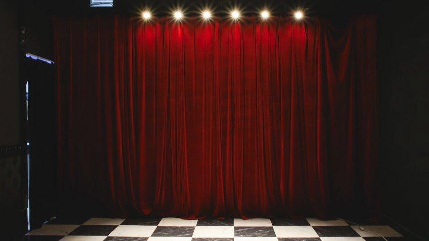 aiLotta studio 赤いカーテン
