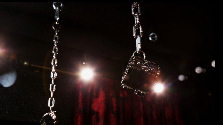 Fetish&Burlesque STUDIO9 天井から吊るされた鎖
