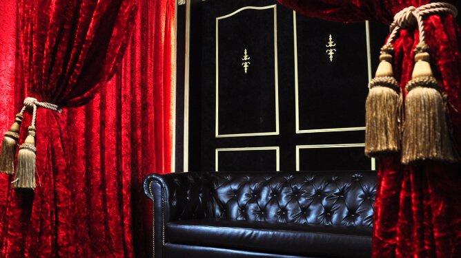 HACOSTUDIO LUX 赤いベルベッドのカーテン