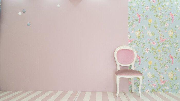 なまいきリボンスタジオ 池尻大橋 パステルピンクの壁と椅子