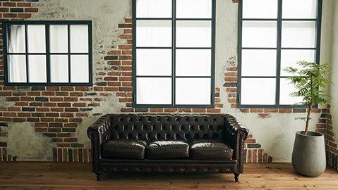 STUDIO 67 レンガの壁とソファ
