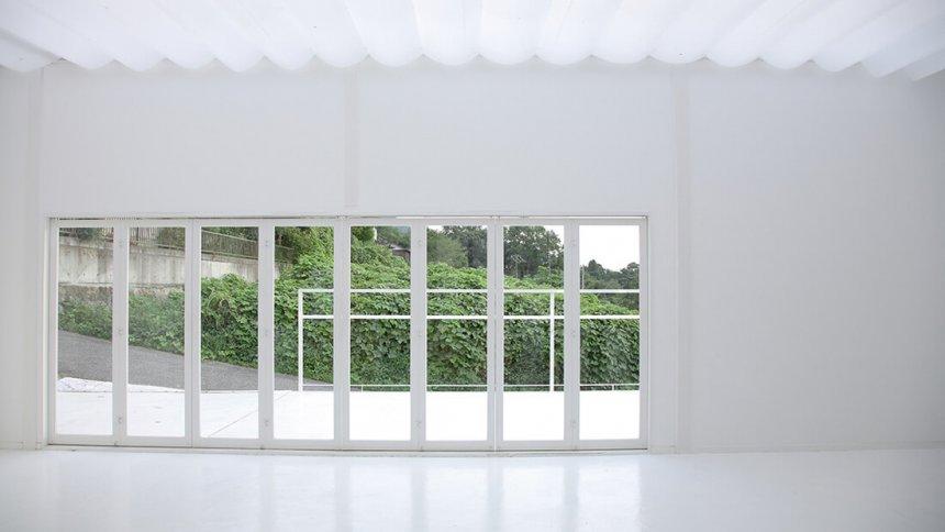 スタジオクリーム 白いコンクリート床